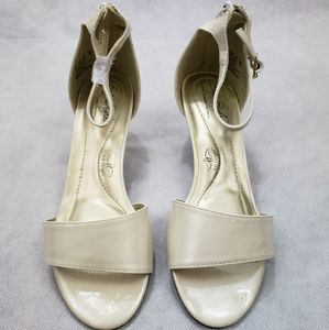 NWOB Soft Style by Hush Puppies Ivory 6.5 Wide